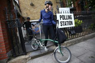 倫敦阿森納某投票站兩名選民推著自行車離開(8/6/2017)