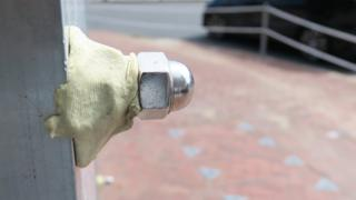 香港新界沙田乡事会路与源禾路交界被围封的交通灯控制箱(6/1/2020)