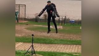 """Морской пехотинец летает, как """"Железный человек""""."""