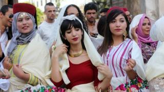 صورة لمجموعة من النساء التونسيات بالزي التقليدي