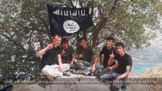 تصویر پنج مرد زیر پرچم داعش