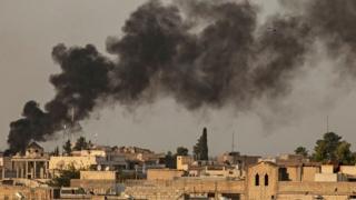 ستون دود بر فراز شهر راسالعین در شمال سوریه