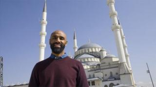 Fredi Kanoute yifotoje ku musigiti w'i Ankara muri Turkiya yakiniye Seville hagati ya 2005 na 2012