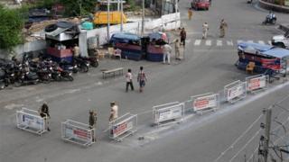 जम्मू कश्मीर में कर्फ्यू लगा है