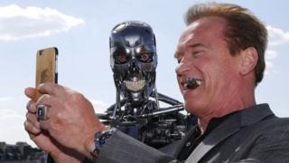 ในความเป็นจริงแล้ว หุ่นยนต์ไม่ได้พยายามทำลายล้างมนุษย์เหมือนในภาพยนตร์