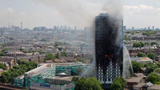 ภาพไฟไหม้อาคารแกรนเฟลล์ทาวเวอร์ ในกรุงลอนดอนของอังกฤษที่เกิดขึ้นเมื่อต้นสัปดาห์ที่ผ่านมา