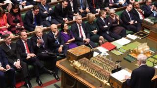 Johnson (de mãos levantadas) durante debate da lei do Brexit no Parlamento, nesta sexta