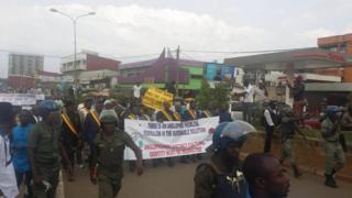 Des députés et sénateurs SDF et UPC manifestent dans les rues de Bamenda pour réclamer une conférence nationale sur la situation des anglophones.