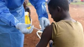 الفرق الطبية تعطي التطعيمات للسكان للمساعدة في منع انتشار المرض