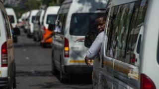 Les minibus, faisant office de taxi, sont le moyen de transport le plus populaire en Afrique du Sud.