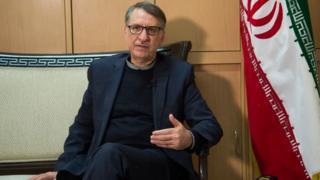 محسن بهاروند دستیار وزیر خارجه ایران مسئول تحویل زندانی آمریکایی به ایالات متحده و تحویل گرفتن ایرانی زندانی شده در آمریکا بوده