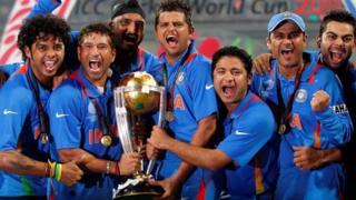 साल 2011 में वर्ल्ड कप जीत के बाद ट्रॉफी के साथ सचिन तेंदुलकर, विराट कोहली और भारत के दूसरे खिलाड़ी.