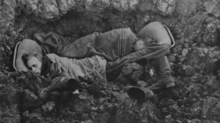 Виснажені німецькі солдати сплять у воронці від снаряду, СРСР, 1942 рік