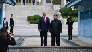 အမေရိကန် နဲ့ မြောက်ကိုရီးယားကြား သမိုင်းဝင် လက်ဆွဲနှုတ်ဆက်မှု