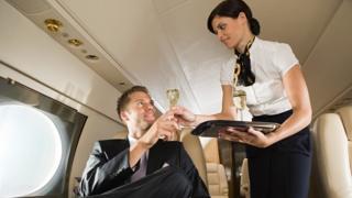 Uçakta alkol alan adam
