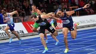 Pelari cepat di garis finis