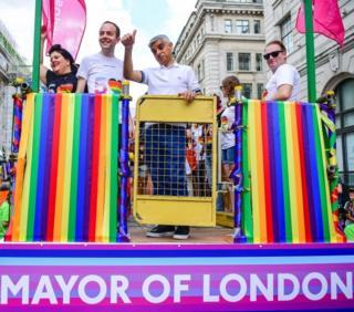 صادق خان، شهردار لندن در مراسم سالیانه رژه اقلیتهای جنسی در لندن که امروز شنبه 6 ژوئیه برگزار شد