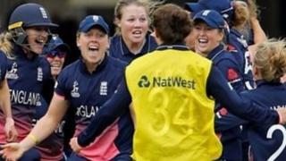 বিশ্বকাপ জয়ের মুহুর্তে ইংল্যান্ডের নারী ক্রিকেটাররা