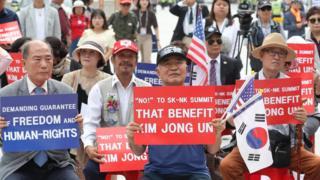 남북정상회담이 열린 18일 오후 프레스센터가 마련된 동대문디자인플라자 앞에서 북한 인권단체와 보수시민단체 등이 집회를 했다