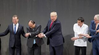 """Tổng thống Donald Trump """"cố nối vòng tay"""" châu Á nhưng chỉ với các lãnh đạo?"""
