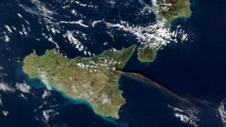 Извержение Этны (вид из космоса). Далее на север рядом с Неаполем - крупный вулканический район Кампи Флегреи (Флегрейские поля)