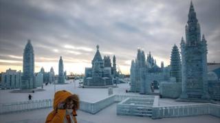 ज्या शहरात पारा उणे 35 अंशापर्यंत घसरतो, तिथे हजारो कलाकार आणि कामगार बर्फातून कलाकृती साकारत होते.