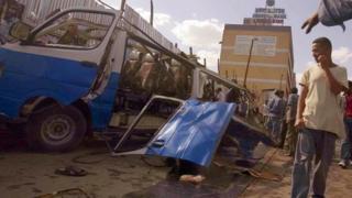 Carcasse d'une voiture explosée en pleine rue (image d'archives)