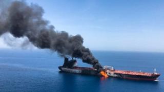 Imagen del buque Front Altair en llamas divulgada por la agencia irani Isna.
