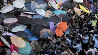 示威者以雨傘抵抗警察。