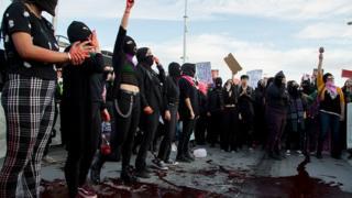 25 Ocak günü Meksika'da kadın cinayetlerine karşı yüzlerce kişi bir araya gelerek protesto gösterisi düzenledi