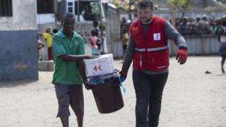 Un membre du Croissant-Rouge turc transporte une aide humanitaire à l'école de Beira Vaz. (Illustration)