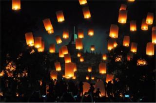 Globos de cantoya frente al templo Borodubur en Magelang, Indonesia.