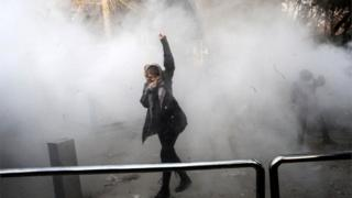 گروهی از معترضان شعار «سوریه را رها کن، فکری به حال ما کن» سر داده اند؛ عده ای نیز خواهان کنار رفتن رهبر ایران از قدرت شدهاند