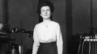 Hedwig Kohn, en su laboratorio en Alemania en 1912