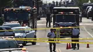 investigadores y servicios de emergencia en Alexandria, Virginia.