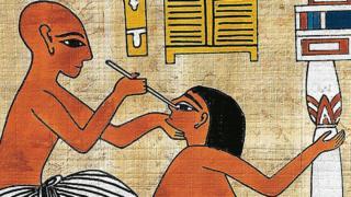 Doctor curando ojo