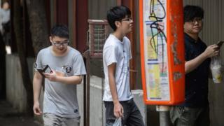 Jovens jogam Pokémon Go em Hong Kong