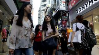 新加坡国立大学教授杨李唯君认为,一些国家的社会和经济飞速变革颠倒了本来稳固的社会规范,韩国和新加坡就是例子。