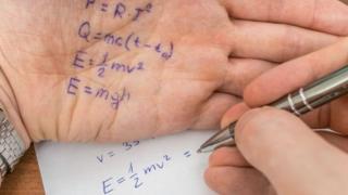 Una mano con fórmulas matemáticas
