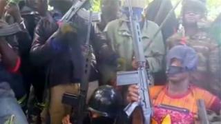 """Une photo montrant des combattants des """"Reds Dragons"""", l'un des sept groupes armés des régions anglophones du Cameroun."""