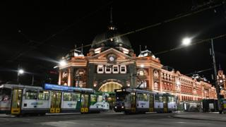Calle desierta fuera de la estación de Flinders Street en la noche