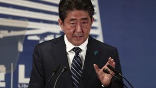 Shinzo Abe habla ante la prensa