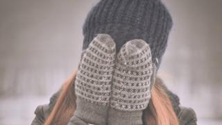 Дівчина в шапці і рукавичках
