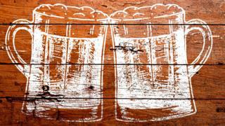 Dibujo de cervezas en mesa de madera