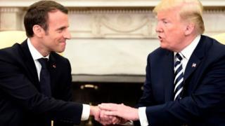 会談するマクロン仏大統領(左)とトランプ米大統領