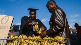 عالم زيمبابوي يبيع الموز