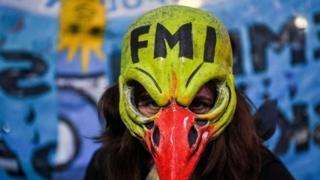 Mujer con máscara anti FMI.