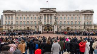 in_pictures Crowds outside Buckingham Palace 13 March 2020
