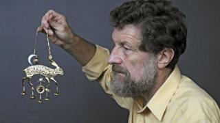 """El artista Kit Williams, autor de """"Masquerade"""", con la liebre dorada que fue el premio de la búsqueda del tesoro."""