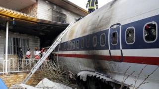 Самолет врезался в стену, отделяющую аэропорт от жилого района, а затем в дом